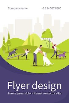 도시 공원 격리 된 평면 플라이어 템플릿에서 강아지와 함께 산책하는 행복 한 사람들