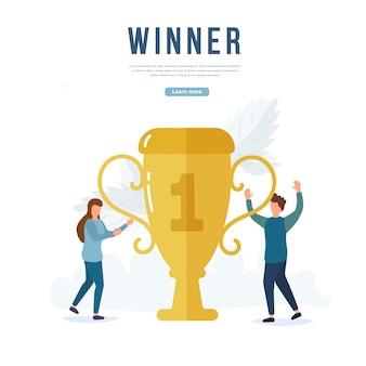Счастливые люди завоевывают золотой кубок, герои танцуют и празднуют победу. команда с золотым кубком, люди празднуют победу, лидерские достижения, триумф. награждение победителей презентации.