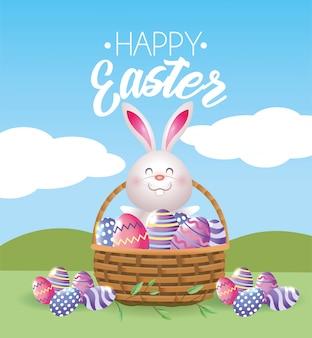 Счастливый кролик с пасхальными яйцами внутри корзины
