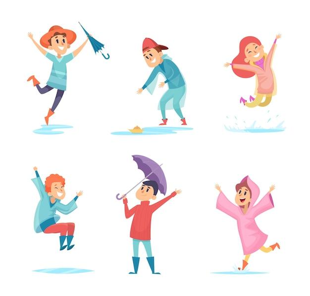 Счастливые дождливые детки. персонажи водного сезона, играющие во влажной среде, прыгают в векторных лужах детей. ребенок мокрый под дождем, смешная прогулка под дождем в резиновых сапогах