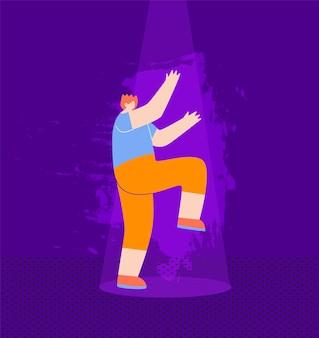 Счастливый рыжий мальчик танцует в ночном клубе
