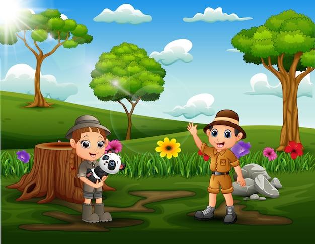 公園の土地で幸せなサファリの子供たち