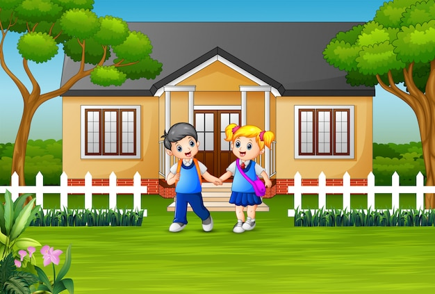 家の庭の前で幸せな学校の子供たち