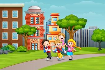 幸せな学校の子供たちが道で遊んで