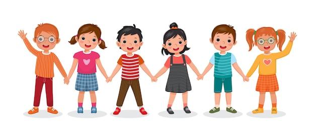 Счастливые школьники, стоя вместе, держась за руки