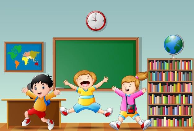 幸せな学校の子供たちの漫画は、教室でジャンプ