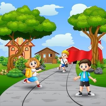 Счастливые школьники гуляют по дороге