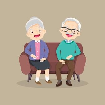 ソファに座って休む幸せな年配の男性女性家族