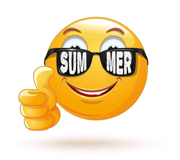 Счастливый улыбающийся смайлик в солнцезащитных очках. солнцезащитные очки с надписью - лето. смайлик радуется наступлению лета и показывает палец вверх. иллюстрация