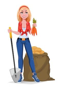 Счастливая улыбающаяся фермерская девочка, держащая лопату и морковь