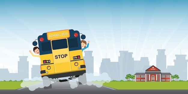 Счастливые улыбающиеся дети едут на виде сзади всего школьного автобуса.