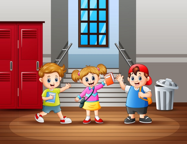 Счастливый студент в школьном коридоре