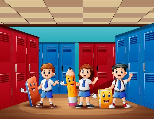 ロッカールームで手を振っている幸せな学生
