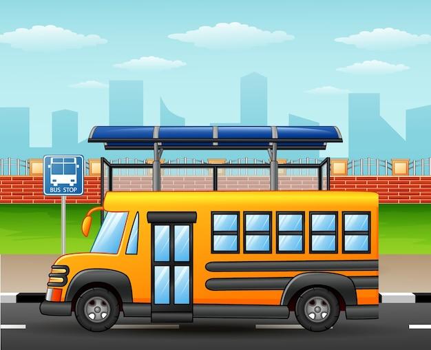 学校のバスに乗っている幸せな学生