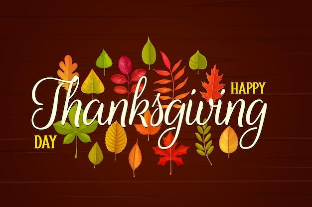 Счастливое приветствие дня благодарения с осенними опавшими листьями на деревянных фоне. благодарю дарить поздравление с кленом, дубом, березой или рябиной. праздник осеннего сезона, листва деревьев