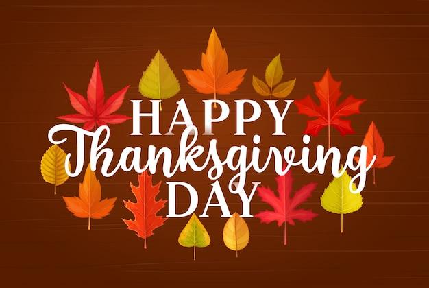 С днем благодарения приветствие с опавшими листьями спасибо, давая знамя поздравления падения с кленом, дубом, березовой или рябиной листом на деревянном фоне. осенний сезон праздник, листва деревьев