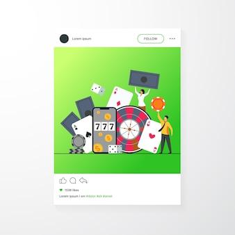 Gente minuscola felice che gioca nell'illustrazione piana di vettore isolata casinò in linea. personaggi dei cartoni animati che giocano a roulette, poker, blackjack