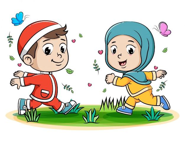 公園を走っている幸せな2つのイスラム教徒の10代