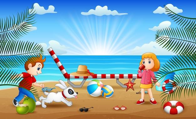 해변에서 노는 아이들과 함께 행복한 휴가