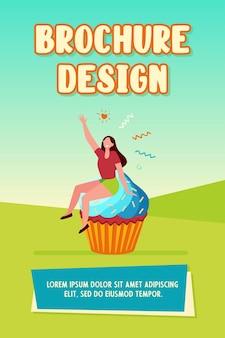 Счастливая женщина, наслаждаясь шаблоном брошюры десерта