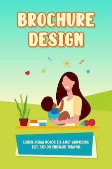 Donna felice che tiene bambino e sorridente modello di brochure