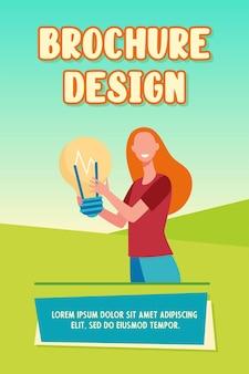 Счастливая женщина, держащая большую лампочку и улыбающийся шаблон брошюры