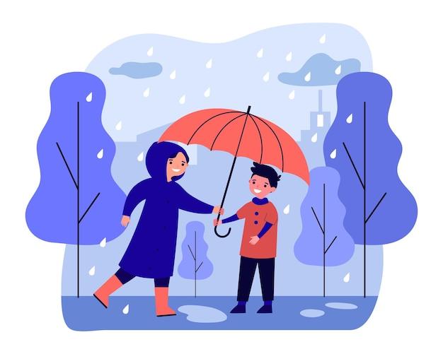 男の子に傘を与えるレインコートの幸せな女性。雨から男をカバーする笑顔の思いやりのある人。秋の季節の天気の概念。フラット漫画ベクトルイラスト、ウェブ上陸。