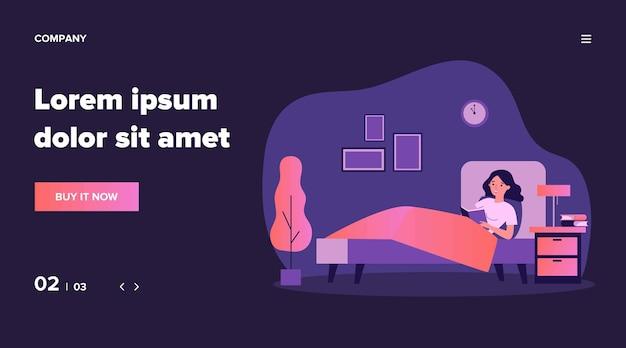 침대에서 행복 한 여자 읽기 책입니다. 잠자리에 들기 전에 도서관 교과서를 공부하는 여성 학생. 건강한 습관, 여가, 문학 개념에 대한 그림