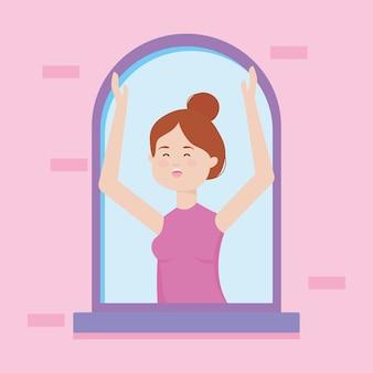 Счастливая женщина поет в окне