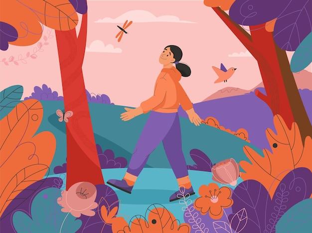 Счастливая женщина гуляет в лесу, молодая девушка гуляет в парке или саду