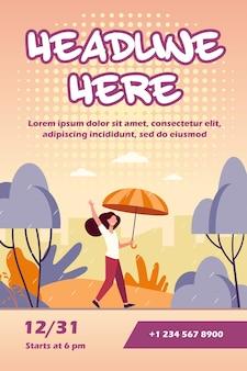 Donna felice che cammina in una giornata piovosa con modello di volantino ombrello
