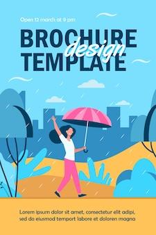 Donna felice che cammina in una giornata piovosa con modello di volantino isolato ombrello