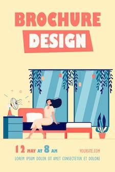 Счастливая женщина с развевающимися волосами, сидящая у вентилятора, охлаждающая в теплой комнате флаер шаблон
