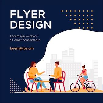 ストリートカフェに座っている幸せな女性とその近くに乗っているサイクリスト。コーヒー、自転車、女の子のフラットチラシテンプレート