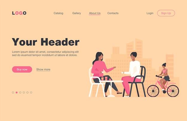 ストリートカフェに座っている幸せな女性とその近くに乗っているサイクリスト。コーヒー、自転車、女の子のフラットランディングページ。バナー、ウェブサイトのデザイン、またはランディングウェブページの夏と都会のライフスタイルのコンセプト