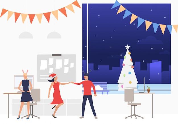 Счастливые работники на новогодней корпоративной вечеринке