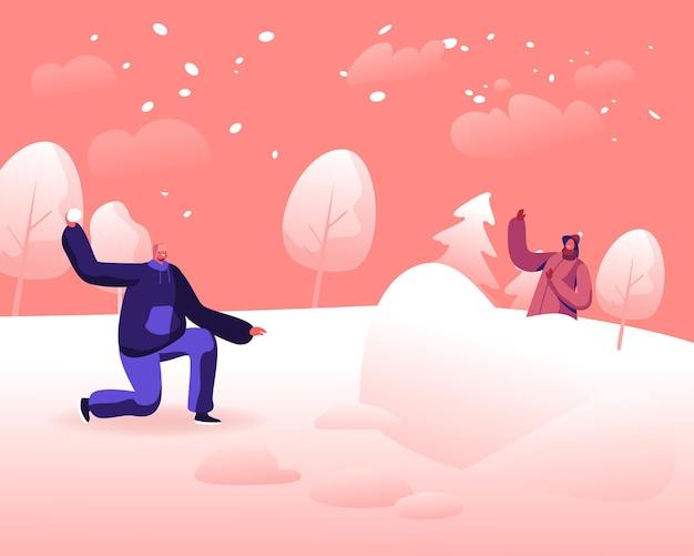 Счастливая молодая пара, играя в снежки сражаются на фоне снежного зимнего пейзажа на открытом воздухе. мультфильм плоский иллюстрация