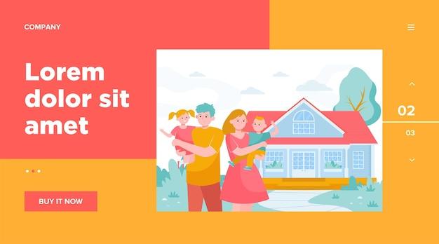 家のwebテンプレートの前に立っている幸せな若い家族。漫画の母、父と子供たちが一緒に外にいる