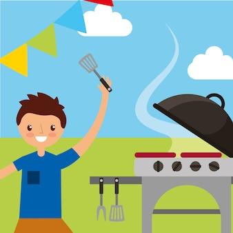 Счастливый молодой человек, проведение шпателя, приготовления пищи в гриль пикник