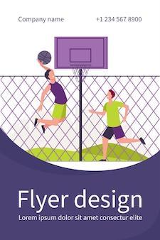 Giovani felici che giocano a basket in campo. due giocatori della squadra che si allenano al recinto e lanciano la palla nel canestro. modello di volantino