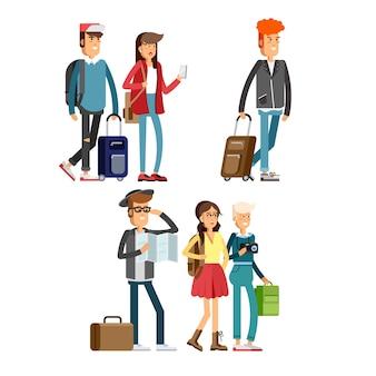 Счастливые молодые люди, путешествующие с рюкзаками и дорожной сумкой.