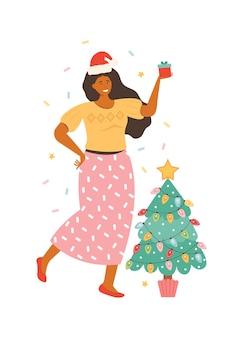 白で隔離のギフトボックスとサンタ帽子の幸せな若い女性。プレゼントを保持しているクリスマスツリーの横にある漫画の女性キャラクター。新年とクリスマスのお祝い。手描きイラスト