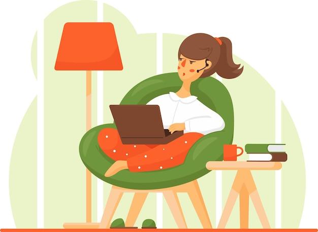 행복한 젊은 여성이 편안한 의자에서 휴식을 취하고 노트북을 사용하고 있습니다.