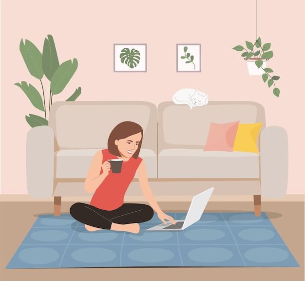 행복 한 젊은 여자는 거실에서 노트북을 사용합니다.