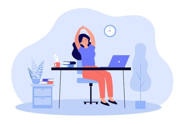 Счастливая молодая женщина, расслабляющаяся на рабочем месте в офисе