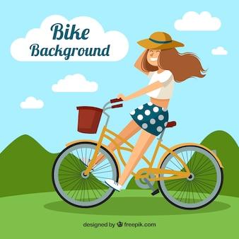Счастливый молодой женщины верхом на велосипеде