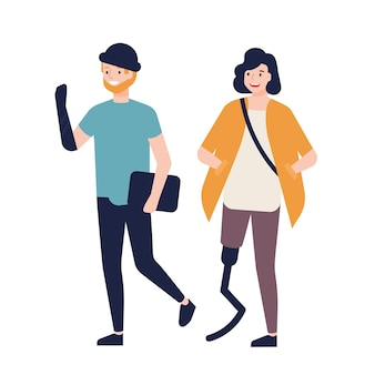 義足を持つ幸せな若い女性と人工腕を持つ男性が一緒に歩いて、お互いに話している