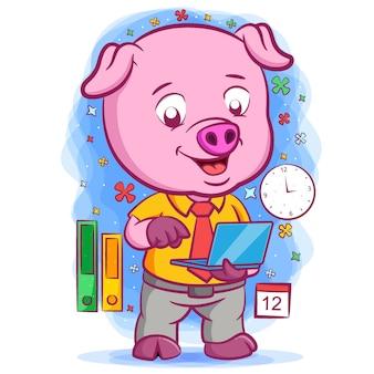 Работяга розовая свинья держит синий ноутбук Premium векторы