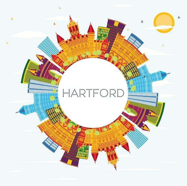 Хартфорд, коннектикут, сша - линия горизонта с цветными зданиями, голубым небом и копией пространства. векторные иллюстрации. деловые поездки и концепция туризма с исторической архитектурой. городской пейзаж хартфорда с достопримечательностями.