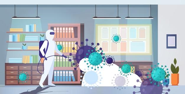 Специалист по очистке костюма hazmat. дезинфекция клеток коронавируса. эпидемия. mers-cov. интерьер офиса. ухань.